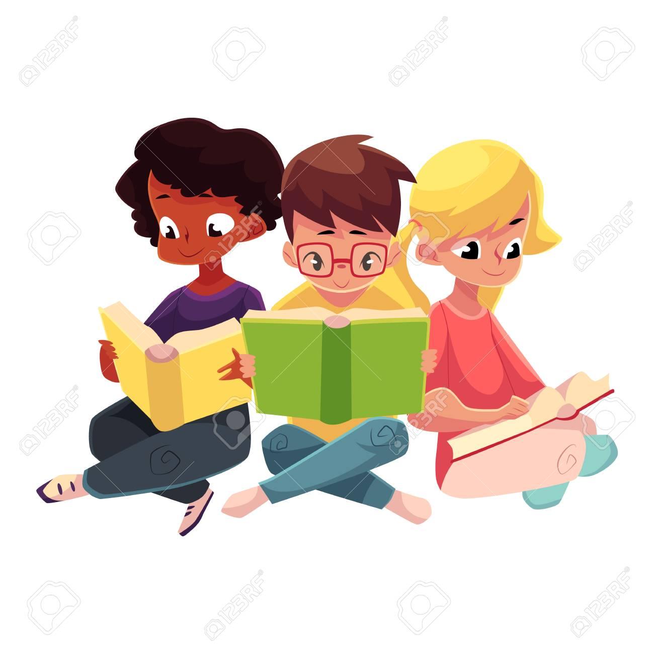 76889521 trois enfants garcons et filles lecture de livre interessant assis avec les jambes croisees illustration d